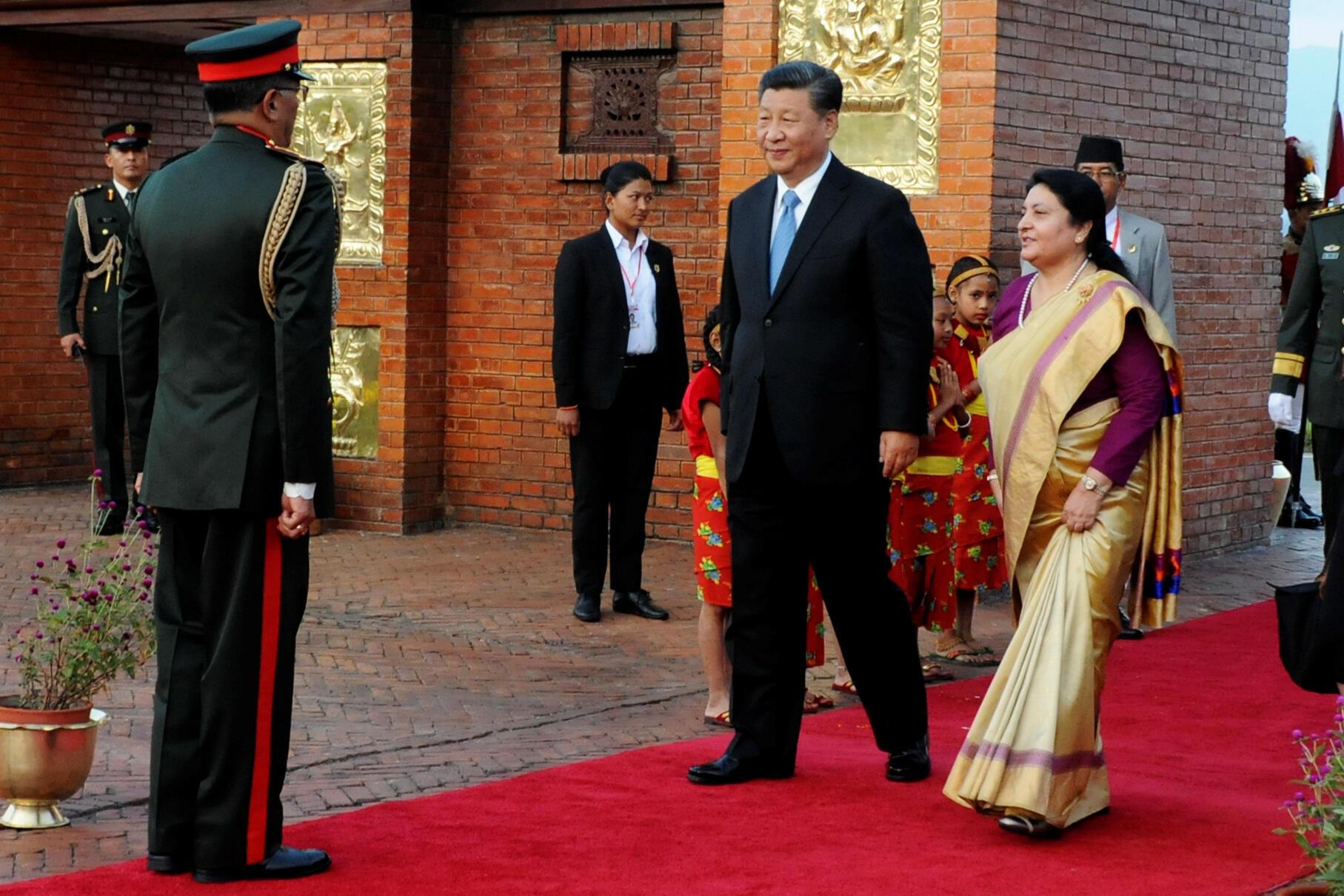 Ảnh minh họa : Chủ tịch Trung Quốc Tập Cận Bình lúc đến Nepal và được tổng thống Bidhya Devi Bhandari đón tiếp tại sân bay quốc tế  Tribhuvan, Kathmandu, ngày 12/10/2019.