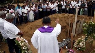 2019年4月25日斯里蘭卡國內為恐襲中的遇難者舉行葬禮資料圖片