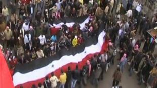 Imagem extraída de um vídeo amador realizado durante a manifestação de Deraa, na Síria, na sexta-feira.