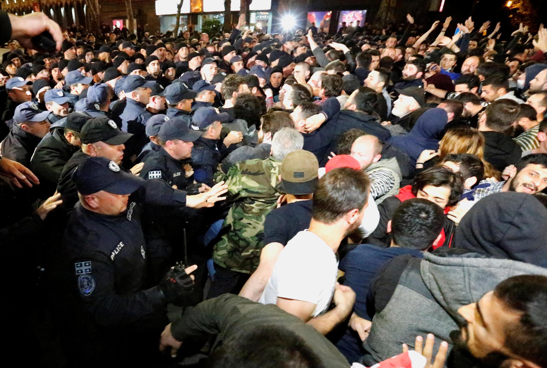 Полиция сдерживает участников контракции националистов в центре Тбилиси, 13 мая 2018 г.
