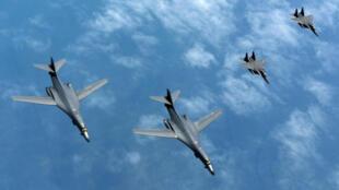 Ảnh minh họa : Oanh tạc cơ Mỹ B-1B Lancers cùng với chiến đấu cơ Hàn Quốc F-15s thị uy trên vùng trời bán đảo Triều Tiên. Ảnh ngày 20/06/2017.