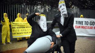 Protesto em Berlim da ONG ICAN, vencedora do Nobel da Paz por suas campanhas contra armas nucleares, quando o presidente americano Donald Trump ainda negociava com o líder norte-coreano, Kim Jong-Un, apesar dos testes nucleares repetitivos da Coreia do Norte.