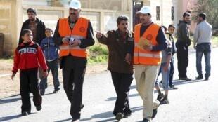 Observadores da Liga Árabe (com colete laranja) visitam a cidade de Al-Msefra perto de Dara, no sul da Síria, nesta quinta-feira.