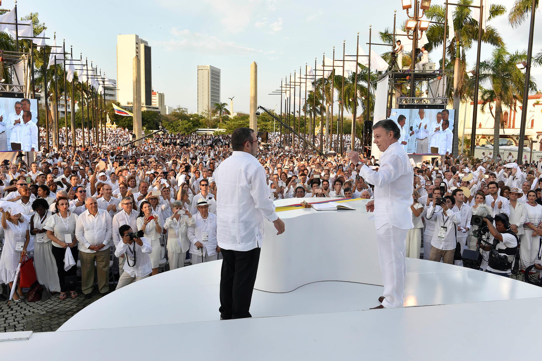 Президент Колумбии Хуан Мануэль Сантос и лидер ФАРК Тимошенко, 26 сентября 2016 в городе Картахена-де-Индиас