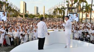 Rais wa Colombia, Juan Manuel Santos, na kiongozi wa kundi la waasi la FARC Timochenko,wakati wa sherehe ya kutia sani kwenye mkataba wa amani,Septemba 26, 2016 mjini Cartagena.