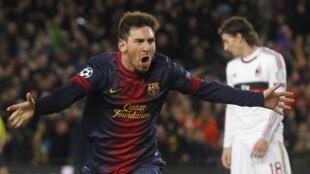 Lionel Messi festeja o seu segundo golo frente ao Milão AC