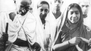 Mahatma Gandhi, Mithuben Petit et Sarojini Naidu pendant la marche du sel, mars 1930.