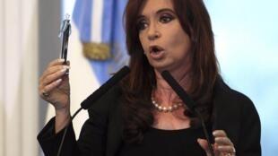 La presidenta argentina Cristina Fernández de Kirchner presenta una muestra de petróleo este 16 de abril de 2012 en la Casa Rosada, Buenos Aires.
