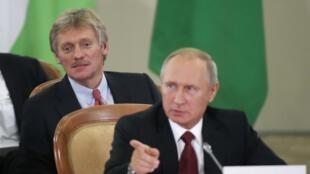 ولادیمیر پوتین رئیس جمهوری روسیه و سخنگوی وی، دیمیتری پسکوف