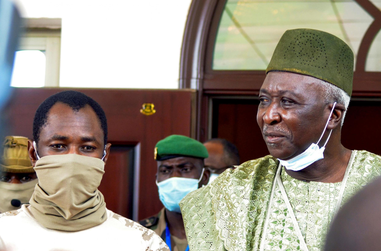 Assimi Goïta (à esquerda) que vai tomar posse como vice-presidente, e Bah N'Daw (à direita) que vai tomar posse como Presidente interino de transição esta sexta-feira, no Mali.