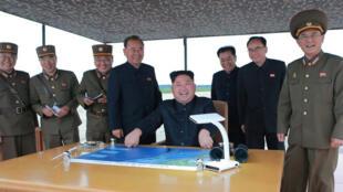 朝鮮官媒公布的金正恩慶祝導彈發射的圖片,2017年8月30日
