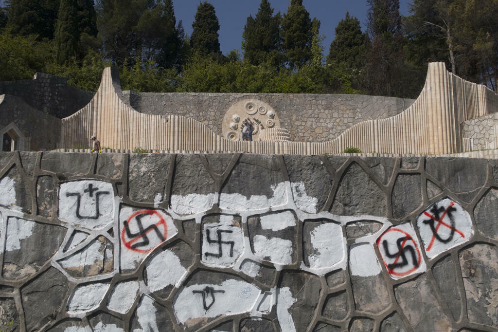 Symboles oustachis et nazis sur le mur du Cimetière des partisans de Mostar. Une opération de nettoyage a eu lieu au printemps 2018 après des années de dégradations par des groupes néofascistes. Mostar, Bosnie-Herzégovine, 2018.
