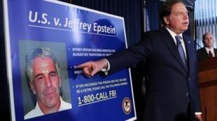 El fiscal general de Manhattan, Geoffrey Berman, anunciando en julio pasado cargos contra Epstein por explotación sexual de menores.