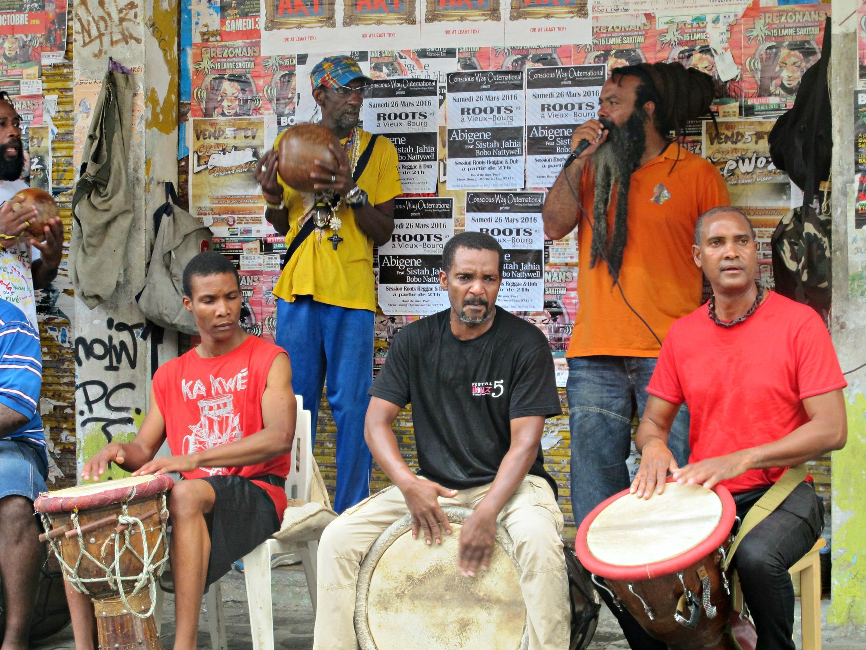 Des membres d'Akiyo font résonner le Ka, le tambour, symbole d'africanité tous les samedis sur la piétonne de Pointe-à-Pitre.
