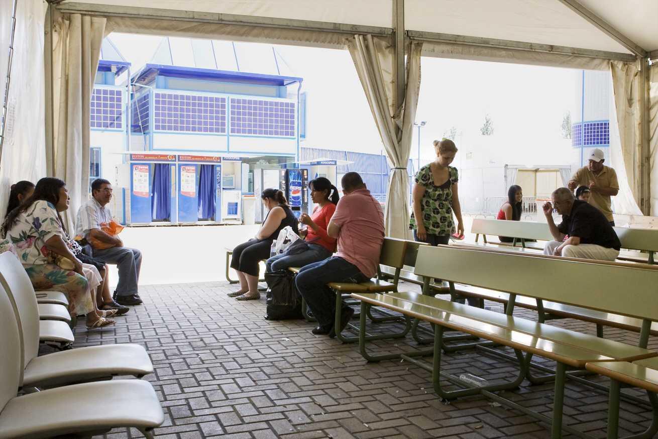 Sala de espera exterior donde amigos y familiares de los internos, esperan durante horas para realizar una visita de un máximo de 10 minutos.