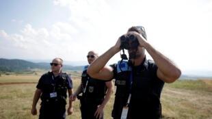Des membres de Frontex patrouillent près de la frontière entre l'Albanie et la Grèce, à Kapshticë près de Korce, en Albanie, le 23 juillet 2019.