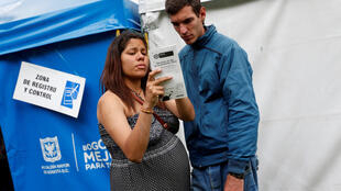 Una migrante embarazada venezolana y su compañero en un campo instalado por el gobierno colombiano, en Bogotá.