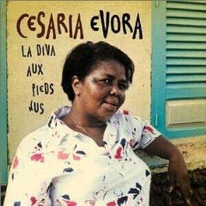 Cesária Évora posando para a eternidade em frente à sua casa em S.Vicente