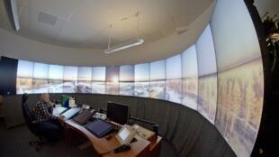 Dans la salle de contrôle de l'aéroport de Sundsvall,  les fenêtres sont désormais des écrans vidéos.