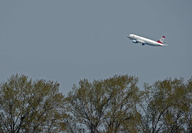 Les Echos informa que uma grande companhia brasileira vendeu 10 mil passagens extras sem ter os voos confirmados.
