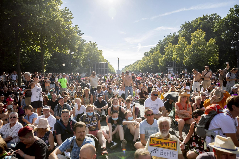 Une première manifestation contre le port du masque avait déjà réuni près de 20 000 personnes à Berlin le 1er août 2020.