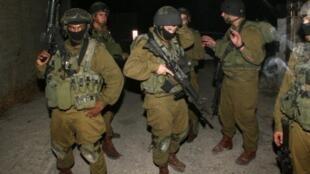 Des soldats israéliens lors d'une opération militaire à Hebron, le 22 août 2011