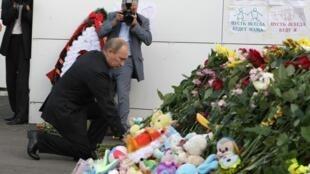 Находясь в Казани, Владимир Путин возложил цветы к т.н. «стене плача» - стене казанского речного вокзала, где вывешены списки погибших
