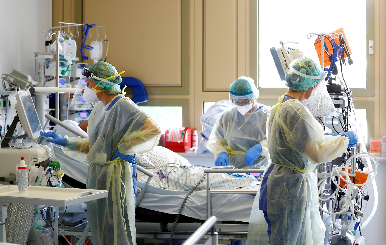 Điều trị bệnh nhân Covid-19 tại Khoa Chăm sóc Tích cực – ICU – bệnh viện Klinikum Darmstadt, tại Darmstadt, Đức. Ảnh chụp ngày 20/05/2021.