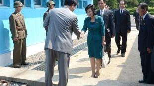 A delegação sul-coreana recebe a delegação do norte em Panmunjeom, neste domingo 2013.