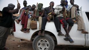 Des migrants à bord d'un pick-up s'apprêtent à tenter la traversée du désert nigérien, à Agadez , le 25 mai 2015.