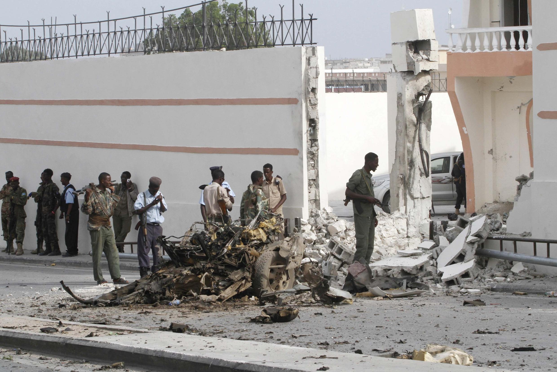 Les forces gouvernementales somaliennes patrouillent après l'explosion d'une voiture piégée à Mogadiscio, jeudi 22 janvier 2015.