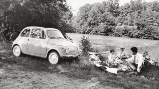 Une famille italienne pique-nique près de leur Fiat 500, en juillet 1957.