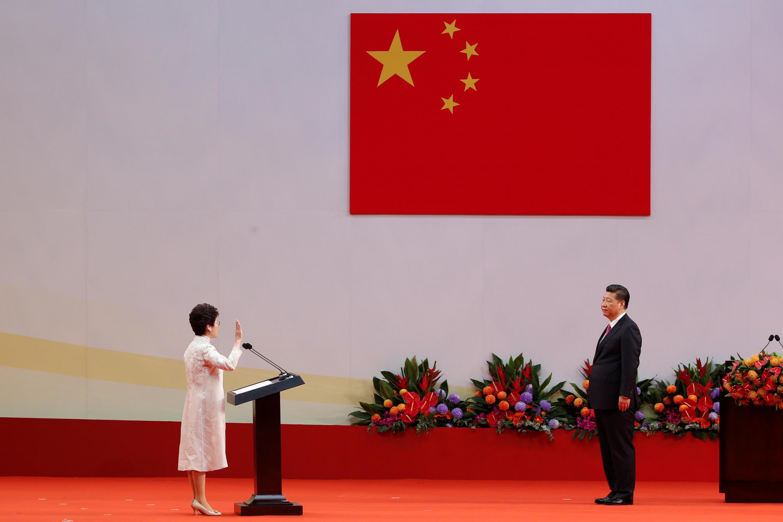 Tân đặc khu trưởng Hồng Kông, bà Lâm Trịnh Nguyệt Nga tuyên thệ nhậm chức trước chủ tịch Trung Quốc Tập Cận Bình, ngày 01/07/2017.