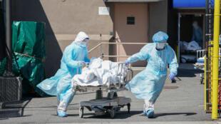 Corpos são transferidos para um caminhão de refrigeração servindo como morgue temporária em Nova York.