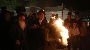 Rabinos encienden el 29 de abril de 2021 en Jerusalem una de las hogares de celebración del Lag Baomer que conmemora el final de una epidemia devastadora