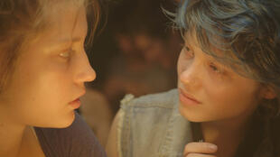 """Adèle Exarchopoulos e Léa Seydoux em cena de """"Azul é a cor mais quente"""", favorito ao César de melhor filme"""