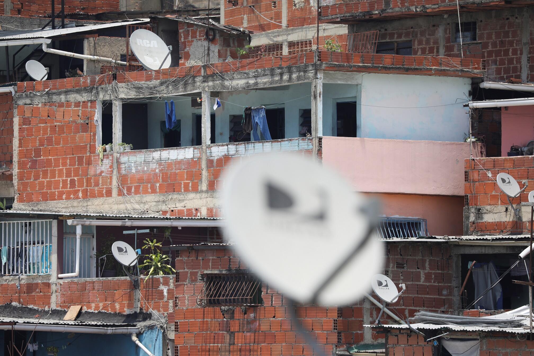 Paraboles dans les quartiers populaires de Caracas, au Venezuela. La chaîne DirecTV n'émet plus depuis mardi 19 mai 2020.