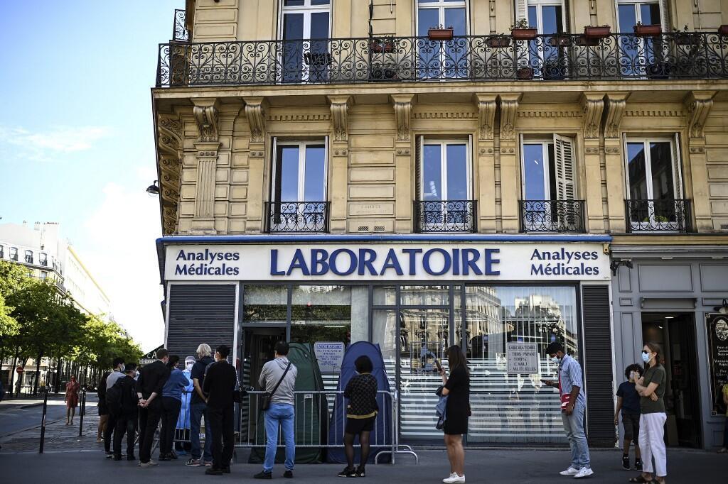 Des personnes font la queue en attendant un test PCR pour le nouveau coronavirus dans un laboratoire médical à Paris, le 4 septembre 2020.