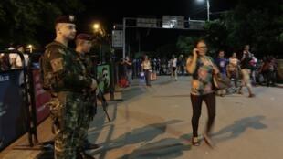 Soldados colombianos na fronteira com a Venezuela, em Cúcuta, na terça-feira (19).