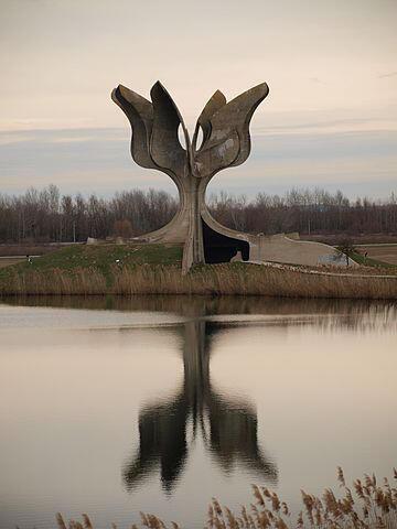 Monument aux victimes du camp d'extermination de Jasenovac en Croatie.