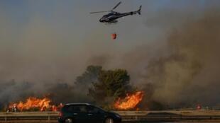 Helicóptero combate incêndio perto de Marselha.