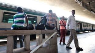 Des migrants africains se trouvent dans la gare de Vintimille, en Italie.