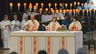 Foi aprovada, nesta segunda-feira, 14, a ordenação de mulheres como bispos na Igreja Anglicana da Inglaterra.