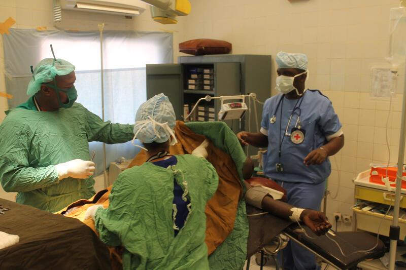 Un blessé pris en charge par l'équipe médicale du CICR.