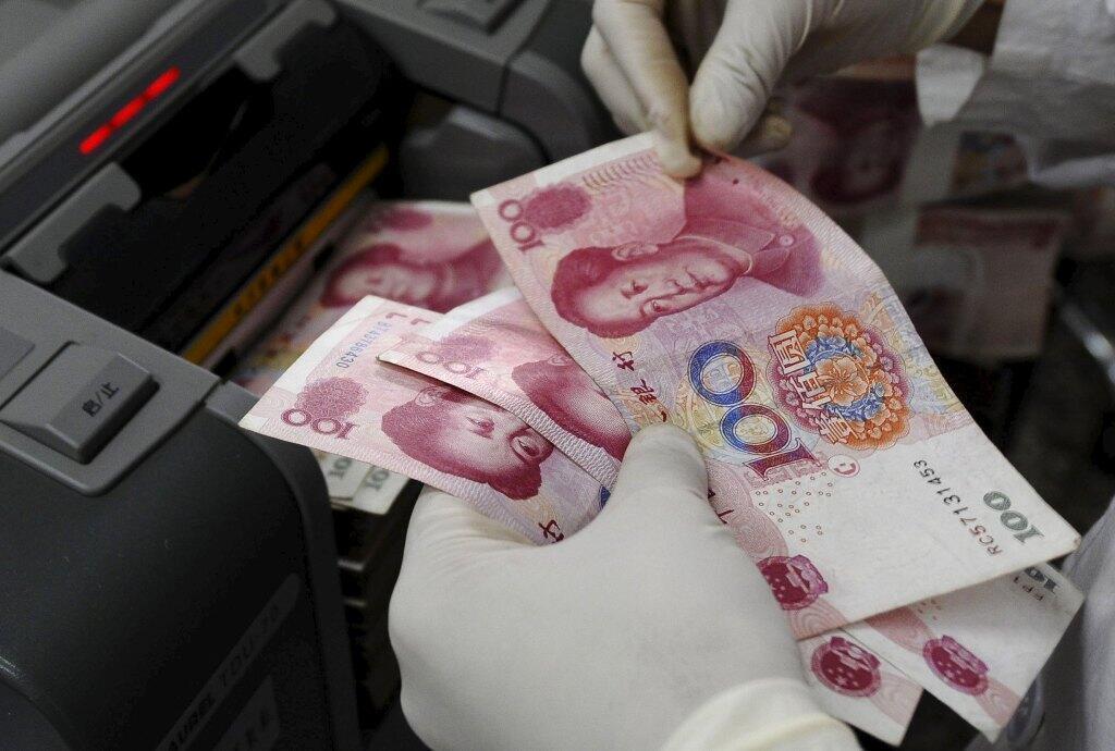 Đổi tiền nhân dân tệ tại một chi nhánh ngân hàng Trung Quốc.
