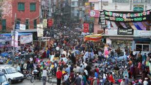 Une rue commerçante de Katmandou.