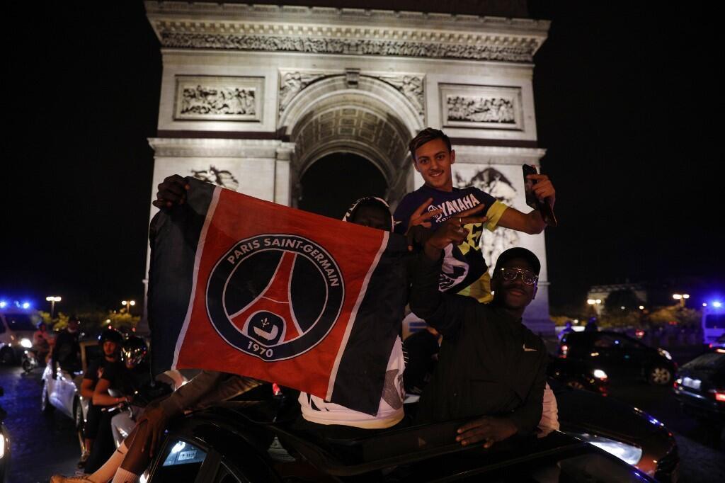 Des supporters célébrant la victoire du PSG en demi-finale de la Ligue des champions, le mardi 18 août 2020.