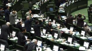 Le Parlement iranien approuvant l'accord nucléaire conclu en juillet avec les grandes puissances, le 13 octobre 2015.