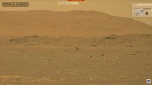 Imagen de una emisión de vídeo en directo de la NASA que muestra al helicóptero Ingenuity volando sobre la superficie de Marte el 19 de abril de 2021