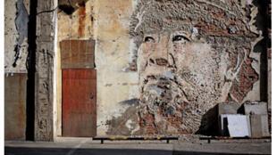 Alexandre Farto, street-artiste portugais plus connu sous le nom de VHILS expose jusqu'au 28 juillet, à la Galerie Magda Danysz, dans le 11ème arrondissement de Paris.
